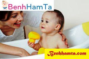 Tắm cho bé thường xuyên và vệ sinh sạch sẽ cho bé