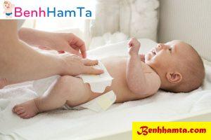 Kiểm tra và thay tã bỉm thường xuyên để đảm bảo da bé luôn khô thoáng không viễm nhiễm