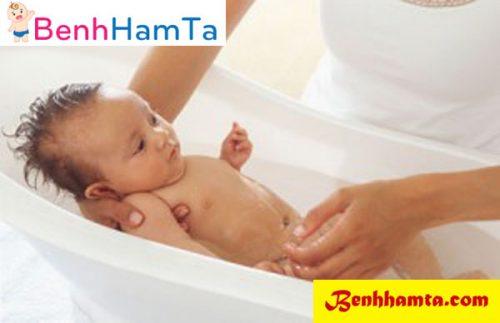 Tắm và vệ sinh sạch sẽ cho bé thường xuyên nhất là vùng mông, bẹn và các ngấn ở cổ, tay, chân cho bé