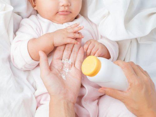 Phấn rôm giúp da bé không bị ẩm và trị ngứa, hăm công hiệu (Nguồn: baomoi.com)