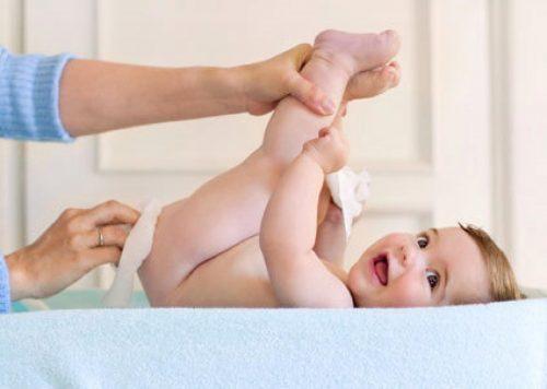 Lau da cho trẻ thật nhẹ nhàng để da khô thoáng (Nguồn: earthmama.vn)
