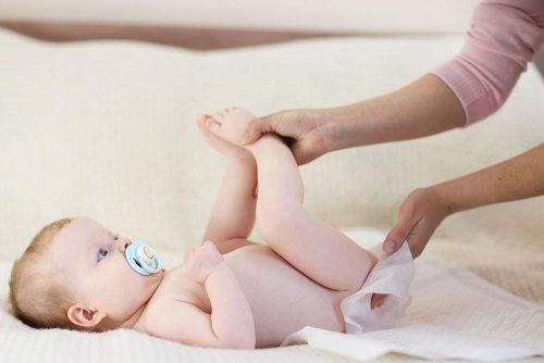 Trẻ bị hăm tã mẹ cần vệ sinh sạch sẽ vùng hăm sau mỗi khi bé đi đại tiểu tiện