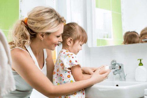 Dạy dỗ trẻ cách rửa tay thường kỳ để phòng bệnh.