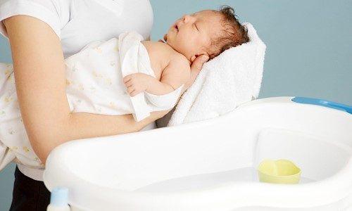 Lưu ý tám nước nóng và trong phòng kín cho bé vào mùa đông tránh bé bị cảm lạnh